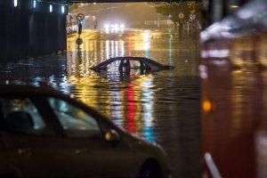 Budapest, 2015. augusztus 17. Vízzel elöntött autó Budapesten, a VI. kerületi Dózsa György út - Podmaniczky utca keresztezõdésében a vasúti felüljáró alatt 2015. augusztus 17-én. Egy óra alatt több esõ esett a fõváros belsõ részén, mint az augusztusi havi átlag. MTI Fotó: Szigetváry Zsolt