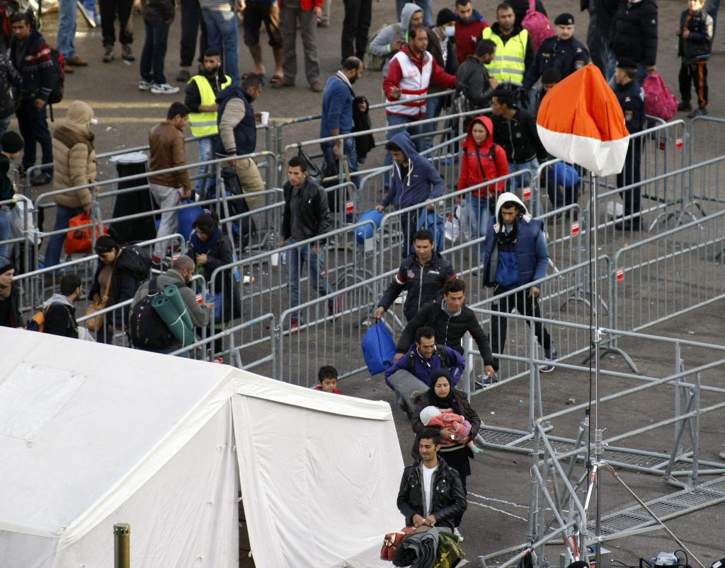 Kufstein, 2015. november 9. Migránsok kordonok között haladnak a Szlovénia felõl érkezõ migránsok fogadására kialakított tranzitállomáson az ausztriai Kufsteinben 2015. november 9-én. MTI Fotó: Bugány János