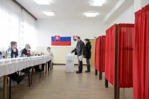 Gömöralmágy, 2016. március 5. Egy férfi leadja szavazatát a szlovákiai parlamenti választáson a felvidéki Gömöralmágyon 2016. március 5-én. Megközelítõleg 4,4 millió választópolgár 23 politikai pártra és mozgalomra, illetve azok közel 2900 képviselõjelöltjére adhatja le voksát. MTI Fotó: Komka Péter