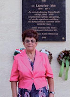 Dr. Wágner Jánosné Mohácsy Erzsébet Lischer Mór emléktáblája előtt
