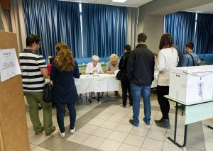 Gyõr, 2016. október 2. Választópolgárok a gyõri Révai Miklós gimnáziumban kialakított 8. szavazókörben a kvótareferendum napján, 2016. október 2-án. A népszavazást a nem magyar állampolgárok Magyarországra történõ kötelezõ betelepítésével kapcsolatban írták ki. MTI Fotó: Krizsán Csaba