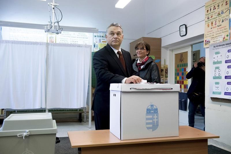 Orbán Viktor miniszterelnök leadja szavazatát a kvótareferendum napján, 2016. október 2-án. Mellette felesége, Lévai Anikó. (Fotó: MTI/ Koszticsák Szilárd)