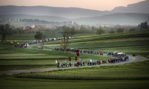 Csíkmadaras, 2015. május 23. A csíksomlyói búcsúra tartó felcsíki zarándokok Csíkmadaras határában 2015. május 23-án. MTI Fotó: Koszticsák Szilárd