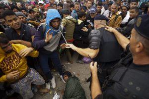 Opatovac, 2015. szeptember 22. Illegális bevándorlók tolakodnak a horvátországi opatovaci fogadótábor elõtt 2015. szeptember 22-én. Ezen a napon a délelõtti órákban újabb migránsáradat indult el Szerbiából. MTI Fotó: Balogh Zoltán