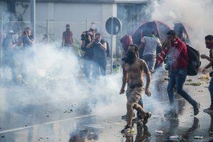 Horgos, 2015. szeptember 16. Rendõrök könnygázt  vetnek be az õket a határ szerb oldaláról dobáló illegális bevándorlókkal szemben Horgos-Röszke határátkelõhelynél 2015. szeptember 16-án. MTI Fotó: Sóki Tamás