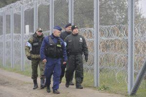 Röszke, 2015. november 7. Egy lengyel határõr, egy magyar, egy cseh és egy szlovákiai rendõr (b-j) a magyar-szerb határon, Röszke térségében 2015. november 7-én. Ezen a napon megkezdte a szolgálatot a schengeni határ védelmét segítõ, 43 fõs lengyel határõrkontingens. MTI Fotó: Kelemen Zoltán Gergely