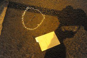 Budapest, 2016. szeptember 25. Helyszínelõk által körberajzolt szög a földön 2016. szeptember 25-én a fõvárosi Király utca és a Teréz körút keresztezõdéséhez közel, ahol ismeretlen eredetû robbanás történt 24-én késõ este az egyik földszinti üzlethelyiségben. Az elsõdleges információk szerint két ember megsérült, a mentõk kórházba szállították õket. A rendõrség körbezárta a környéket, vizsgálják a robbanás körülményeit. MTI Fotó: Mihádák Zoltán