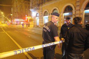 Budapest, 2016. szeptember 25. Rendõrök állnak 2016. szeptember 25-én a fõvárosi Király utca és a Teréz körút keresztezõdéséhez közel, ahol ismeretlen eredetû robbanás történt 24-én késõ este az egyik földszinti üzlethelyiségben. Az elsõdleges információk szerint két ember megsérült, a mentõk kórházba szállították õket. A rendõrség körbezárta a környéket, vizsgálják a robbanás körülményeit. MTI Fotó: Mihádák Zoltán