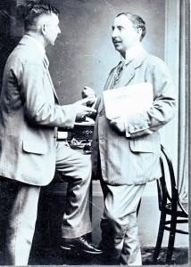 A Komáromi Ujság szerkesztőjeként barátjával, Fülöp Zsigmonddal 1913-ban
