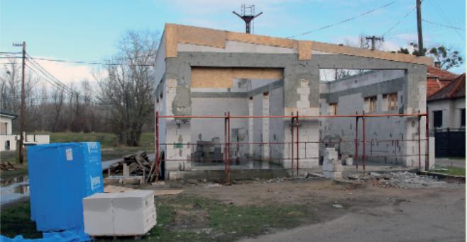 Ahogy az időjárási feltételek megfelelőek lesznek, az épü-lő tűzoltószertár is hamarosan tető alá kerül