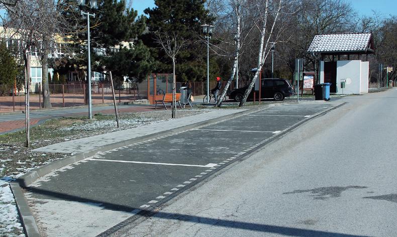 Az  iskola  előtt  parkolókat építtettek  ki,  hogy  a  gye-rekek  a  sűrű  közúti  forga-lomban  se  legyenek  veszé-lyeztetve  az  autóból  való kiszállásnál.